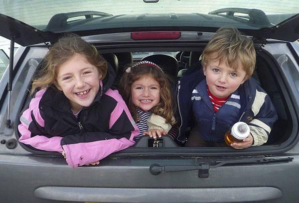 Трое детей в машине