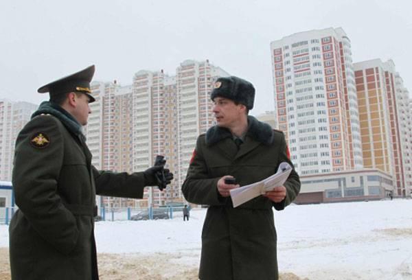 Военнослужащие с документами в жилом квартале