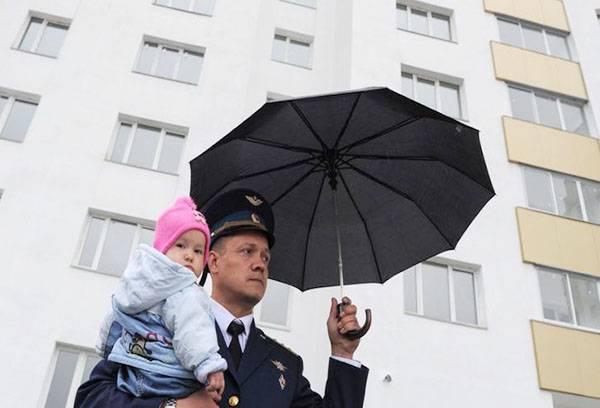 Госслужащий с дочкой возле нового дома