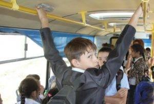 Школьники в автобусе