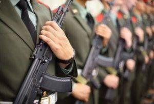 Военные с автоматами