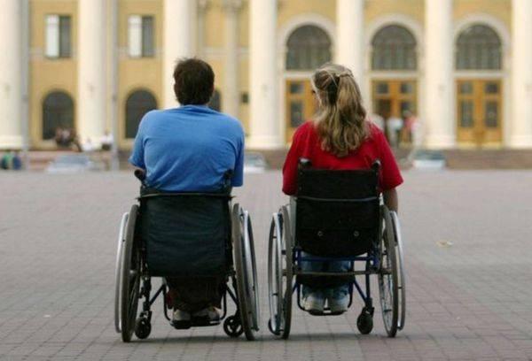 Двое в инвалидных колясках