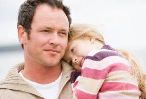 Отец с маленькой дочкой