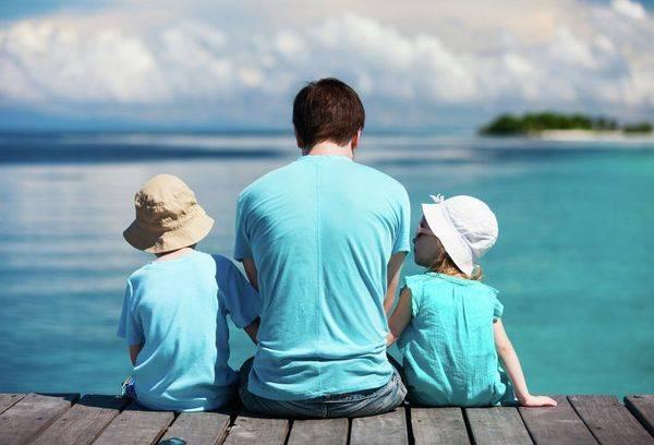 Отец с детьми на море