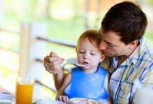 Отец кормящий сына