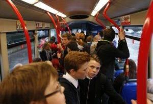 Школьники в общественном транспорте