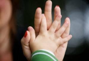 Ручка ребенка в руке матери