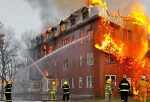 Тушение пожара в кирпичном доме