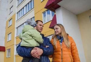 Молодая семья у новостройки