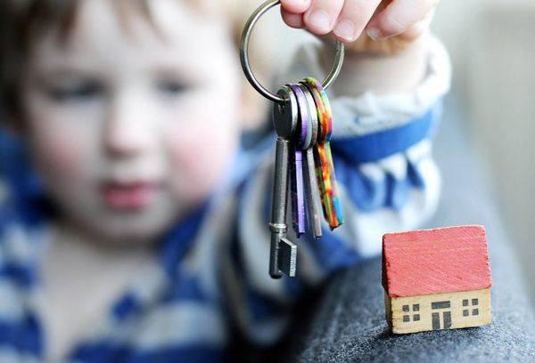 Ребенок с ключами от квартиры