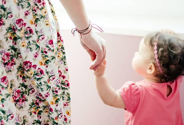 Маленькая девочка с мамой