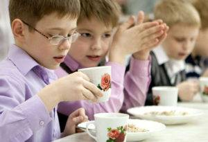 Школьники за обедом