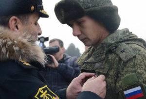 Награждение солдата медалью