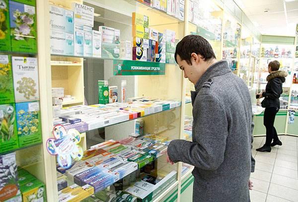 Мужчина в аптеке