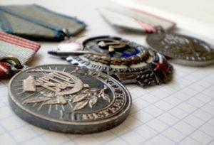 Как получить ветерана труда: сколько лет нужно отработать, какие документы собрать