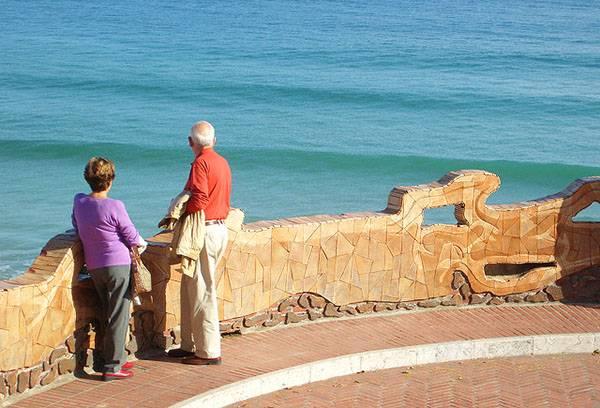 Пенсионеры на отдыхе у моря