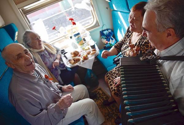 Пенсионеры едут в поезде