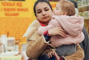Женщина с ребенком на руках