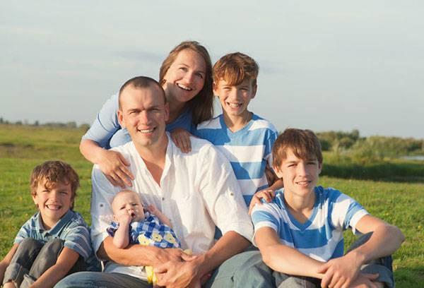 Семья с четырьмя детьми