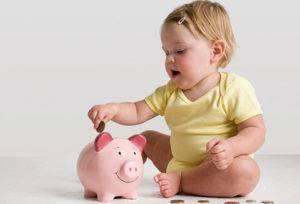 Ребенок складывает монеты в копилку