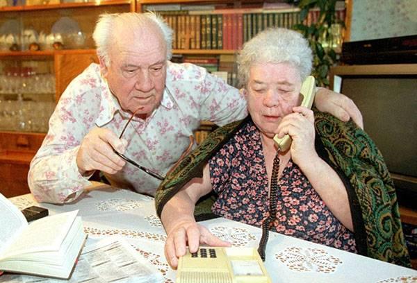 Пенсионеры консультируются по телефону