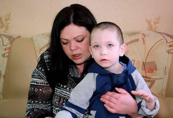 Женщина с ребенком-инвалидом