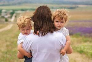 Мама с детьми на руках