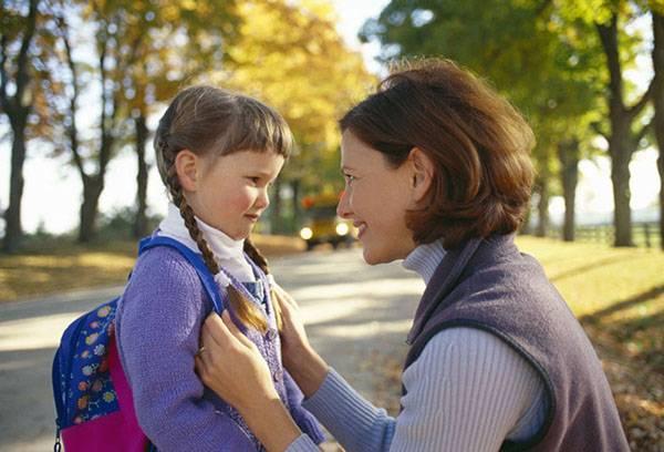 Мама провожает дочку в школу