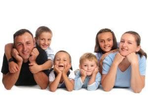 Родители с четырьмя детьми
