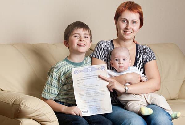 Семья получила сертификат на материнский капитал