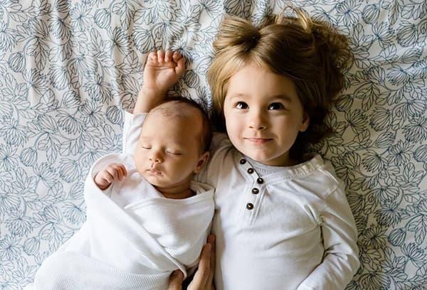 Девочка с маленьким братиком