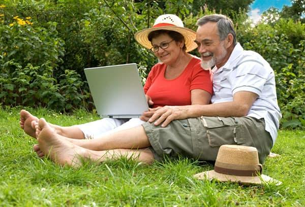 Пенсионеры на даче с ноутбуком