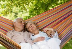Пенсионеры отдыхают в гамаке