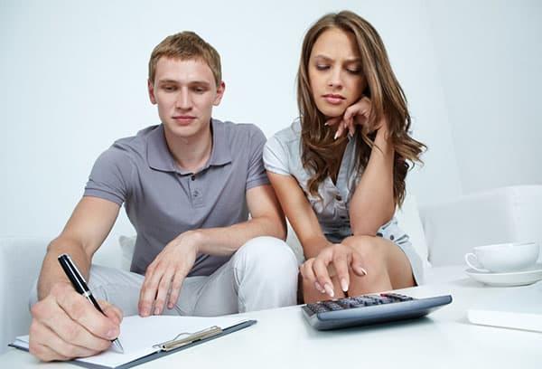 Супруги планируют семейный бюджет