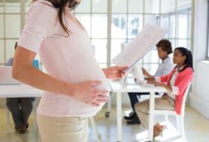 Беременная женщина в офисе