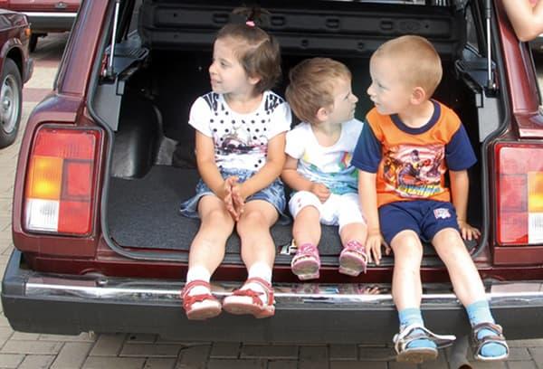 Трое детей в багажнике машины