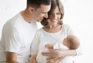 Семейная пара с новорожденным