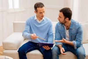 Мужчины обсуждают сделку