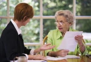 Юрист консультирует пожилую женщину