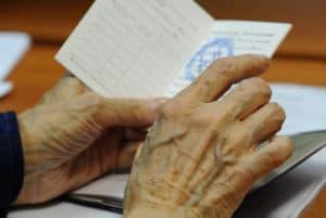 Документ в руках пожилого человека