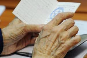 Пожилая женщина с документом