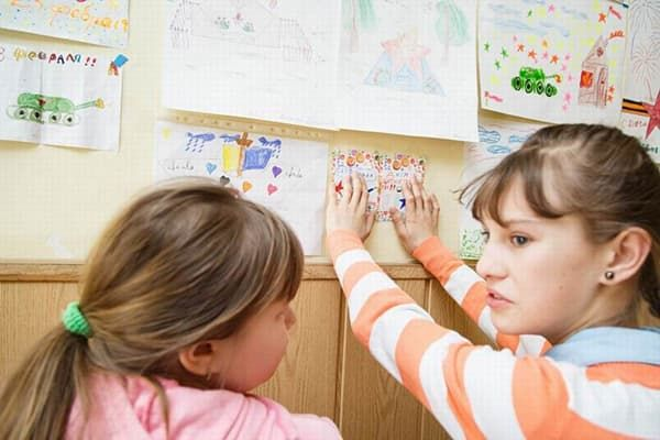 Дети развешивают свои рисунки