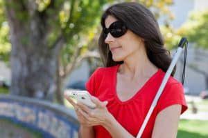 Незрячая женщина со смартфоном