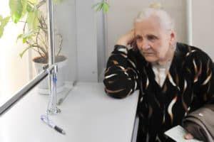 Пенсионерка в отделении Пенсионного фонда