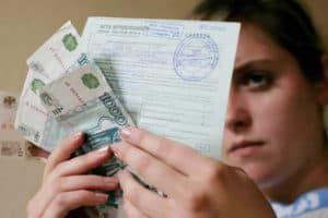 Девушка держит деньги и больничный листок