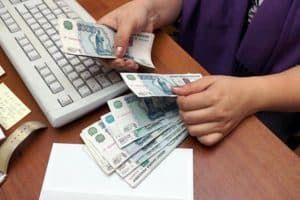 Бухгалтер отсчитывает деньги