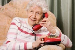 Пенсионерка говорит по телефону