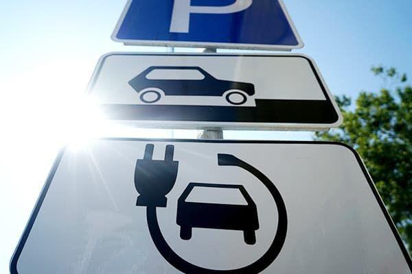 Знак парковки для электромобилей