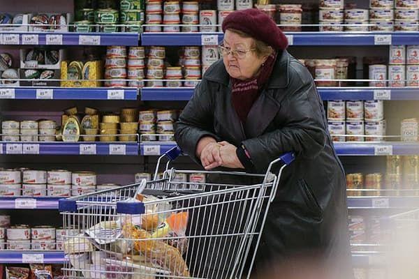 Пенсионерка в супермаркете
