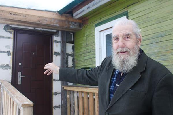 Пенсионер показывает пристройку к дому